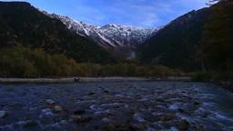 新雪と紅葉の穂高連峰と梓川の清流,朝 Footage