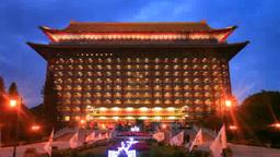 圓山大飯店のライトアップと花壇,夕景 Footage