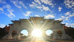 自由広場門と朝日の光芒 影片素材