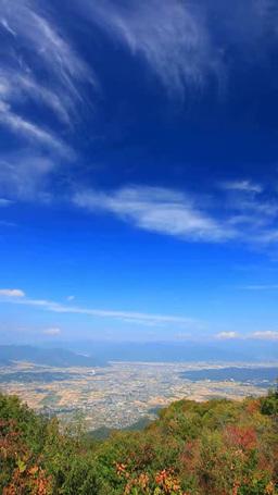 塩田平と上田市街俯瞰と紅葉の樹林と秋空 영상물
