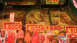 函館朝市で並ぶ新鮮な魚介類とカニの生け簀 Footage