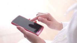 スマートフォンを操作する日本人女性 Footage
