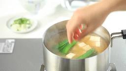 みそ汁を作る日本人女性の手 Footage