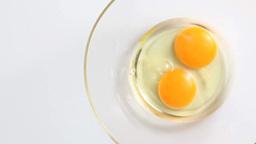 卵を割る日本人女性の手 Footage