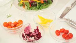 野菜サラダをもりつける女性 Footage