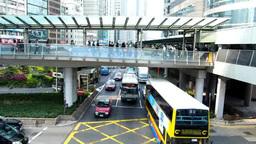 歩道橋の人々と二階建てバスと車 Footage