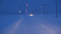 風雪の夜道を走る車 Footage
