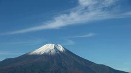 二十曲峠から望む冠雪の富士山と流れる雲 Stock Video Footage