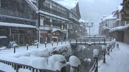 雪降る銀山温泉 Stock Video Footage