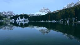 新雪のミズリーナ湖とドロミテの山々 Stock Video Footage