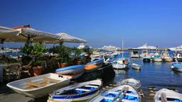 カプリ島のマリーナ・グランデの港と街並み Stock Video Footage
