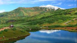 鏡池と当麻岳と登山者 Stock Video Footage