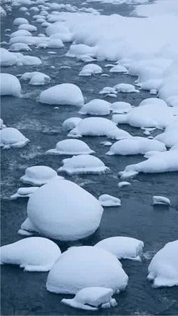 冬の川と綿帽子の雪 Stock Video Footage