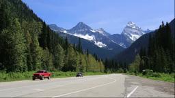 トランスカナダハイウェイとグレイシャー国立公園の山... Stock Video Footage