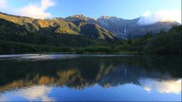紅葉の上高地の朝の大正池と穂高連峰 Stock Video Footage