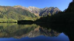 紅葉の上高地の大正池と穂高連峰 Stock Video Footage
