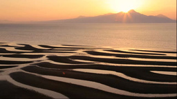 有明海の御輿来海岸の砂干潟と夕焼の雲仙普賢岳 Footage
