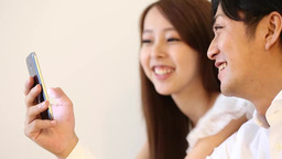 Young couple looking at a smartphone Filmmaterial