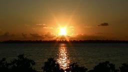 与那覇湾に沈む夕日とマングローブ ズームアウト Footage
