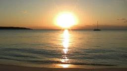 夕日に輝く海とヨット 前浜ビーチ Footage
