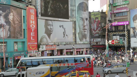 Crowds at ximending shopping area WS zoom out Live影片