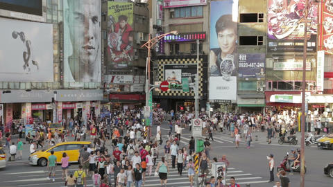 Crowds walking across pedestrian crossing at Ximending WS 1 Live影片