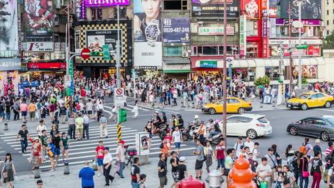 Timelapse of crowds at Ximending, panning timelapse 影片素材