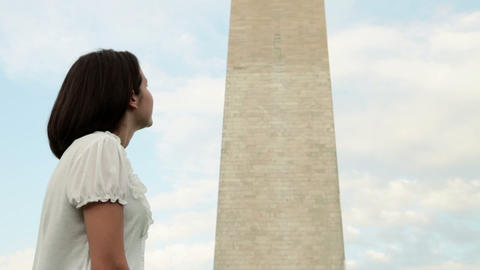 Girl looking at washington monument, tilt up Stock Video Footage