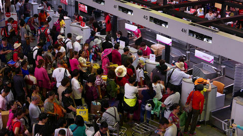 Overcrowded check-in counters, chinese passengers throng... Stock Video Footage