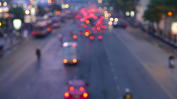 Blurred traffic from above, red stop lights of motorbikes and cars, evening time Acción en vivo