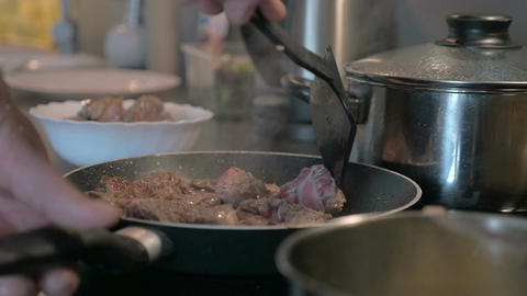 Man Turning Meat in the Frying Pan ライブ動画