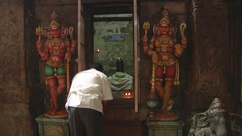 MUDARAI, INDIA – SEP 23, 2011: Man Praying in Meenakshi Hindu Temple Footage