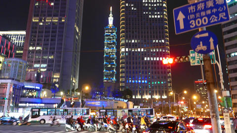 Ambulance car pass intersection, busy traffic junction night time 圖片