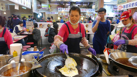 Woman makes egg pancake - omelette on the round frying pan ビデオ