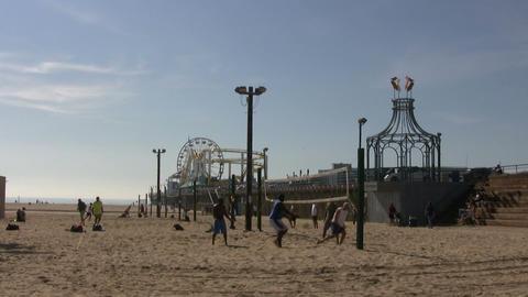 Tourists Playing Volleyball on Beach, Santa Monica State Beach ライブ動画