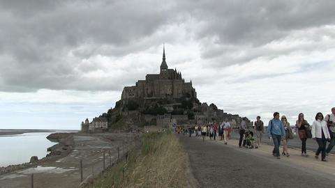 Tourists at Mont Saint-Michel ライブ動画